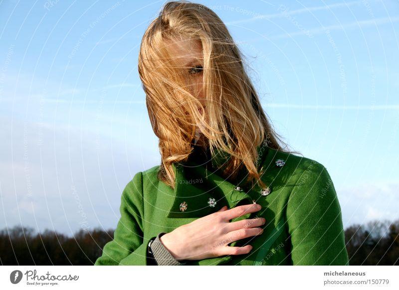 geheimnis Jugendliche schön Himmel grün blau Winter Haare & Frisuren blond Horizont geheimnisvoll verstecken Mantel Knöpfe verraten