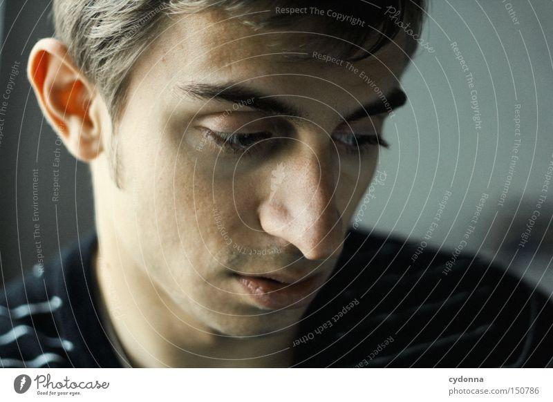 In Deinen Gedanken Mensch Mann Jugendliche schön alt Gesicht Kopf Denken ästhetisch Kommunizieren zart Konzentration Porträt verträumt Geistesabwesend