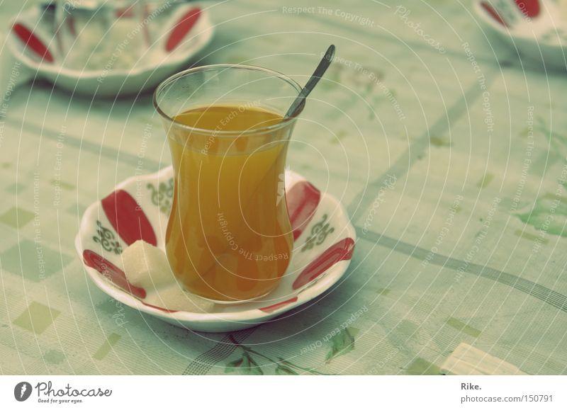 Türkischer Tee. Türkei Getränk trinken heiß lecker süß Zucker Naher und Mittlerer Osten orange Glas Löffel Tisch genießen Durst Gastronomie Asien