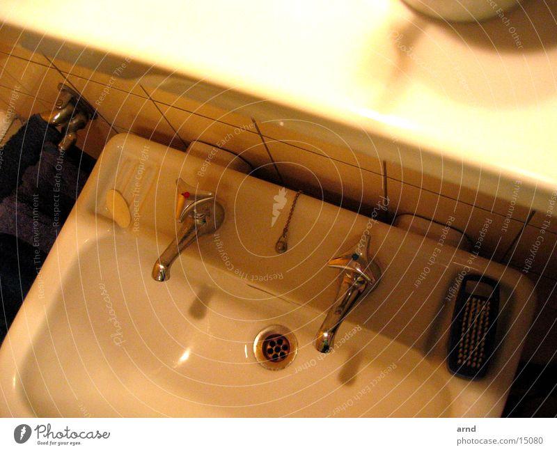 bad bei nacht Waschbecken Bad Raum Abfluss Ablage Häusliches Leben Wasser verrückt Abend Geschirr Wasserhahn