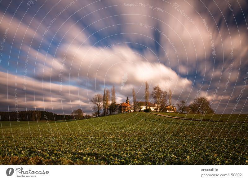 Wolkenrennen Baum Haus Herbst Feld fliegen Luftverkehr Landwirtschaft Bauernhof Grundbesitz ökologisch Ackerbau Aussaat Kirche Kapelle Kulturlandschaft