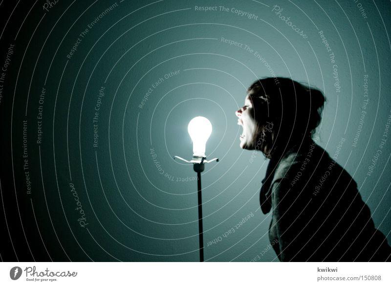 noch ganz fit in der birne? Frau blau Freude Lampe dunkel hell Elektrizität Wut schreien führen Glühbirne Ärger Leitung elektronisch