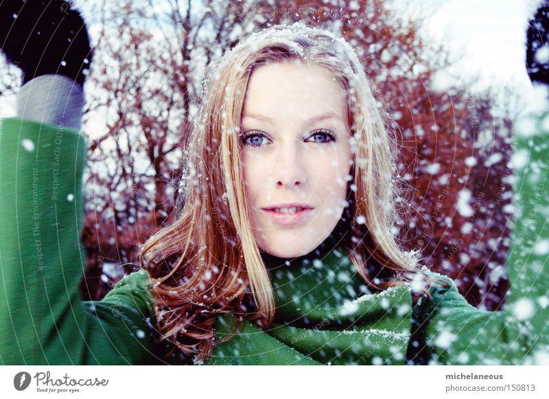 flinke flocken fliegen Schneeflocke grün Haare & Frisuren Handschuhe Bewegung Freude Winter schön außen kalt innen warm