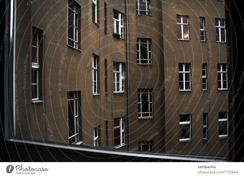 Draußen Haus Stadthaus Mieter Vermieter Hof Hinterhof Gebäude Fenster Nachbar Dämmerung trist beklemmend Trauer Berlin Verzweiflung Traurigkeit