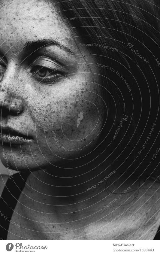 sommersprossen Portrait Haut Gesicht feminin Junge Frau Jugendliche Erwachsene Auge Mund Lippen träumen Traurigkeit ästhetisch außergewöhnlich exotisch Gefühle