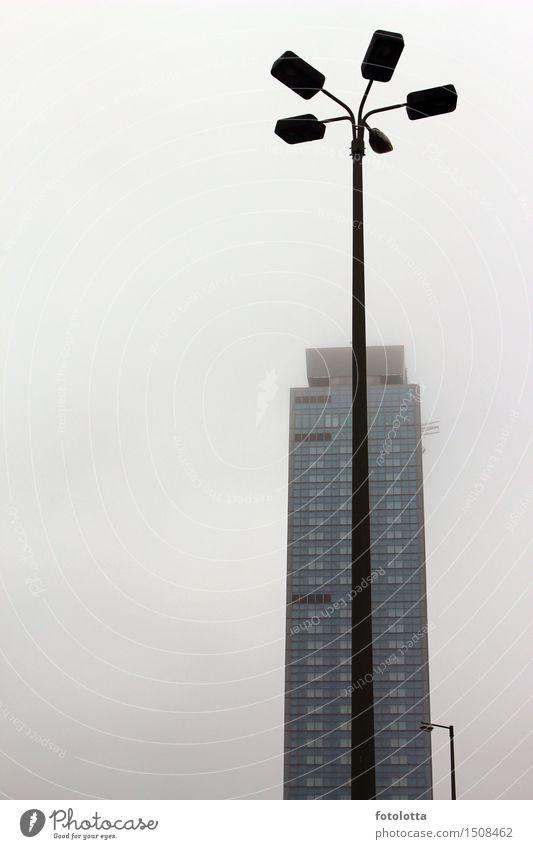 Laterne Berlin Hauptstadt Stadtzentrum Menschenleer Hochhaus Bauwerk Gebäude Architektur Laternenpfahl hoch grau schwarz Nebel Dunst dunstig neblig Farbfoto