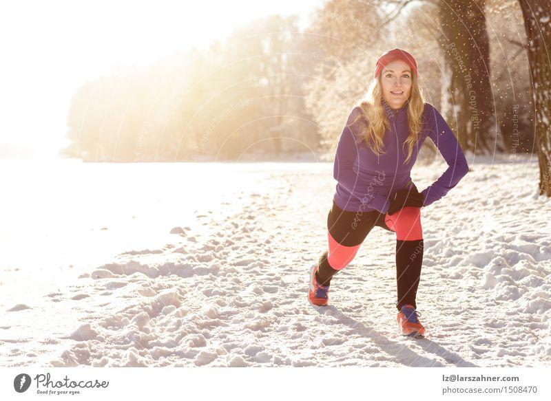 Mensch Frau Sonne Winter Erwachsene Schnee Sport See Schneefall Park Textfreiraum Aktion blond Lächeln Bekleidung Fitness