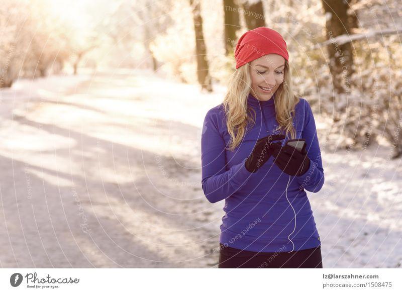 Frau, die ihren Handy überprüft Mensch Winter Gesicht Erwachsene Wege & Pfade Lifestyle Business Park Textfreiraum blond Fitness Telefon Information PDA