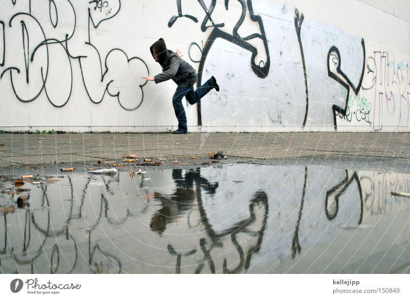verfolgungsjagd Mann Mensch Verfolgung laufen Rennsport Laufsport Straftäter Opfer Kriminalroman Tatort Graffiti Pfütze Reflexion & Spiegelung Wasser Stadt