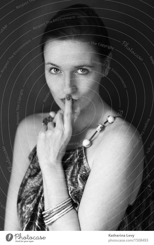* Mensch Frau schön Erholung Erotik Einsamkeit ruhig Erwachsene feminin elegant Finger Neugier Kleid brünett Schmuck langhaarig