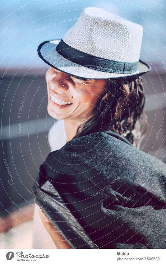 Schöne junge Mulattfrau in der städtischen Umwelt elegant Glück schön Haare & Frisuren Gesicht Schminke Flirten Mädchen Frau Erwachsene Stadt Gebäude Straße