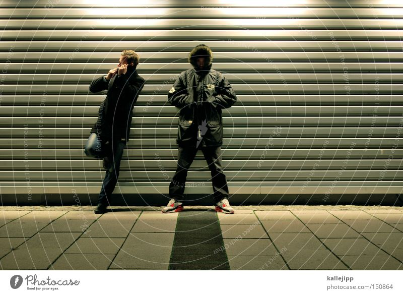 wo is das vögelchen? Mensch Mann Winter kalt Paar 2 warten Mode paarweise Lifestyle stehen Jacke Band Mantel Musiker Garage