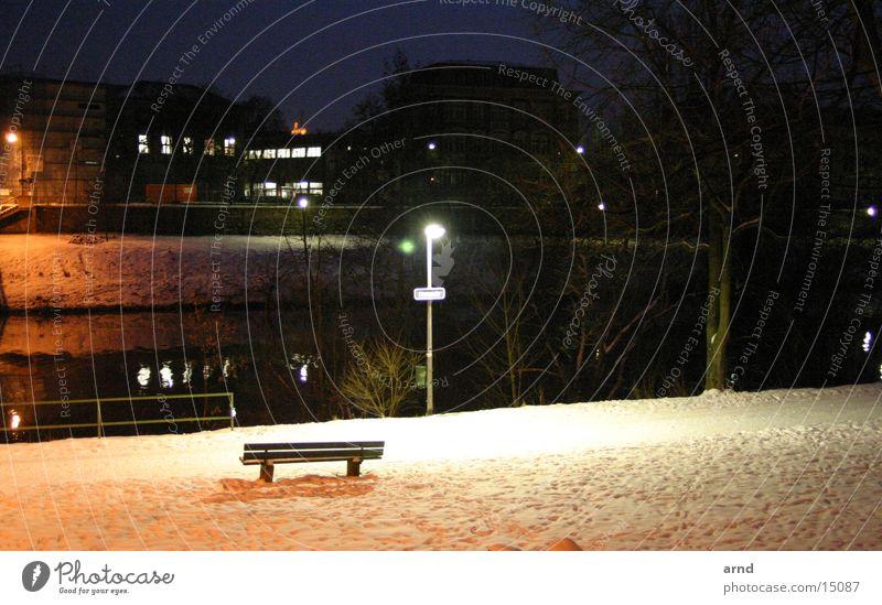 die bank am fluss Nacht Straßenbeleuchtung Parkbank Winter Licht dunkel Einsamkeit Fluss Schnee Küste Bank