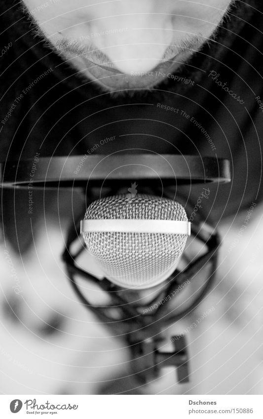 If you wanna sing out. Mann Musik Fotografie beobachten festhalten Konzert Werkstatt Radiogerät Radio Mikrofon singen Ton Produktion Lied Sänger Stimme