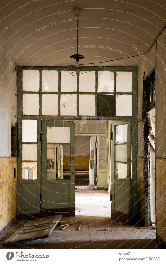 Zwischentür Einsamkeit Wand Raum Glas gehen Tür Boden Bodenbelag kaputt lang verfallen Ruine Flur Zerstörung fließen