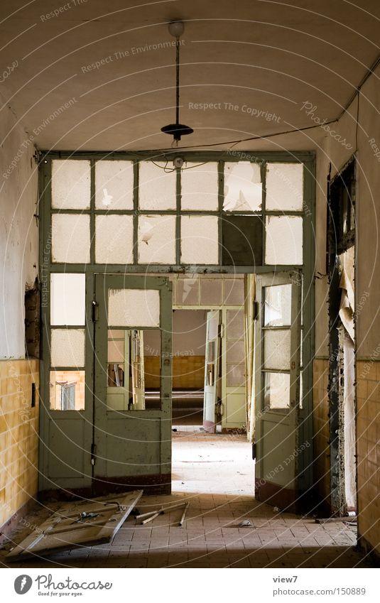 Zwischentür Tür Wand Glas Zwischenstück Flur kaputt Zerstörung Einsamkeit gehen vergessen Ruine Raum lang Glassplitter Bodenbelag Detailaufnahme verfallen
