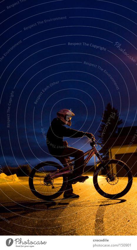 Nightrider Motorradfahrer Fahrrad Sport Helm Mann Nacht Dämmerung Lampe stehen sitzen Reifen Baum Freude Extremsport downhill freeride
