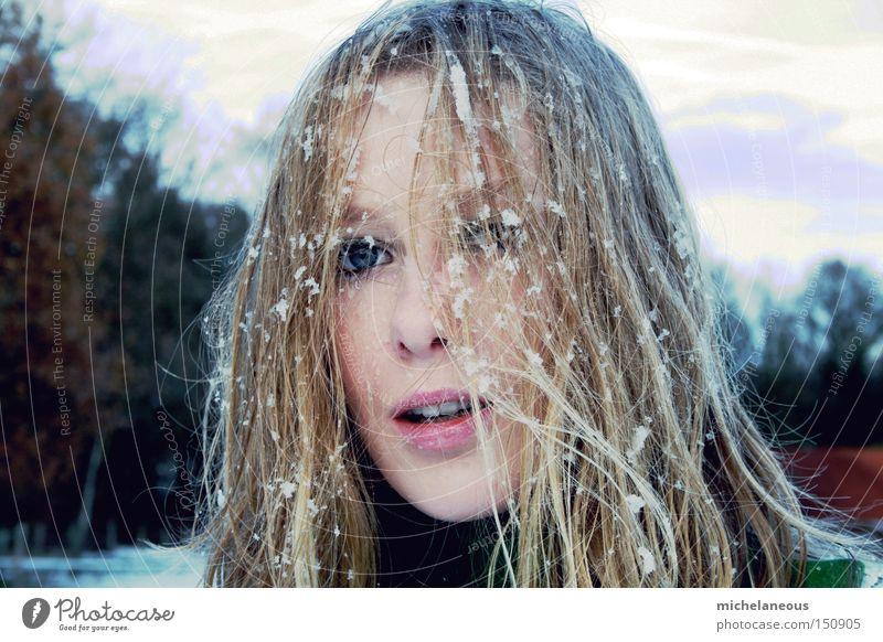 flocken fixiert. Frau schön weiß Baum Freude Winter Gesicht kalt Schnee Haare & Frisuren braun blond Flocke