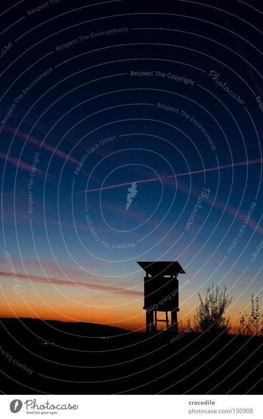 Schießstand Jagd töten Tier Hochsitz Jäger Feld Sonnenuntergang Dämmerung Langzeitbelichtung Vergänglichkeit Angst Panik Kondensstreifen