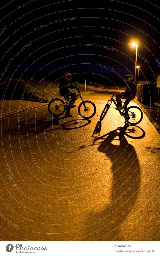 Nightrider ll Motorradfahrer Fahrrad Sport Helm Mann Nacht Dämmerung Schatten stehen sitzen Reifen Laterne Erfolg Freude Extremsport downhill freeride