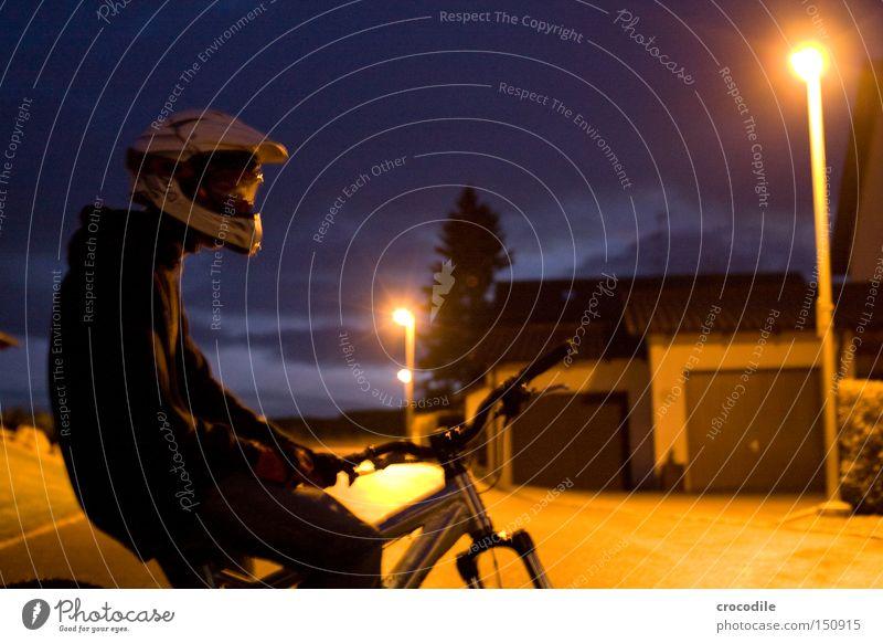 Nightrider lll Motorradfahrer Fahrrad Sport Helm Mann Nacht Dämmerung Lampe stehen sitzen Reifen Baum Freude Extremsport downhill freeride
