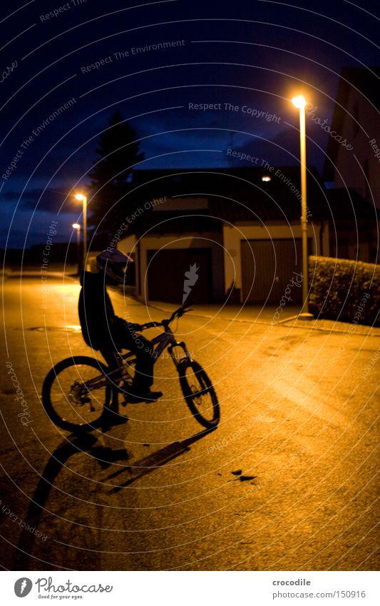 Nightrider lV Motorradfahrer Fahrrad Sport Helm Mann Nacht Dämmerung Lampe stehen sitzen Reifen Baum Extremsport Frieden Spielen downhill freeride