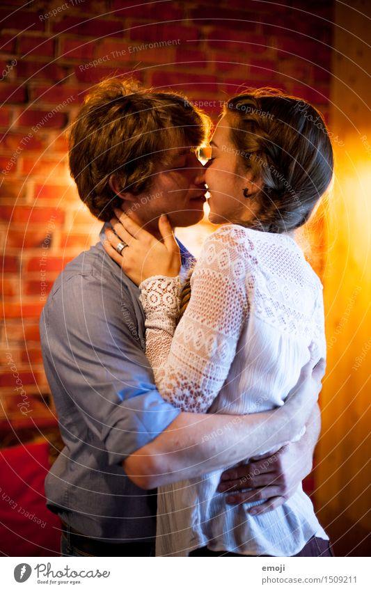 ganz nah Mensch Jugendliche Junge Frau Junger Mann 18-30 Jahre Erwachsene Liebe feminin Paar maskulin Liebespaar Küssen Umarmen kuschlig Intimität Zärtlichkeiten