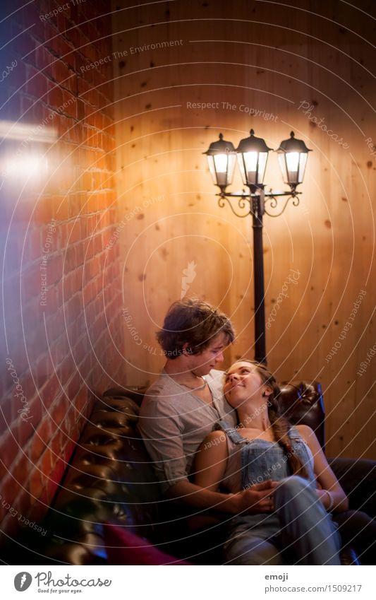 (: maskulin feminin Junge Frau Jugendliche Junger Mann Paar 2 Mensch Glück Verliebtheit Liebe Liebespaar Intimität Kuscheln Umarmen Zärtlichkeiten Sofa Farbfoto