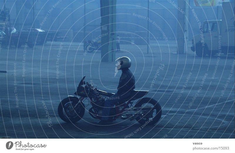 Ruhe vor dem Sturm Nebel Motorrad Lagerhalle Helm Erschöpfung