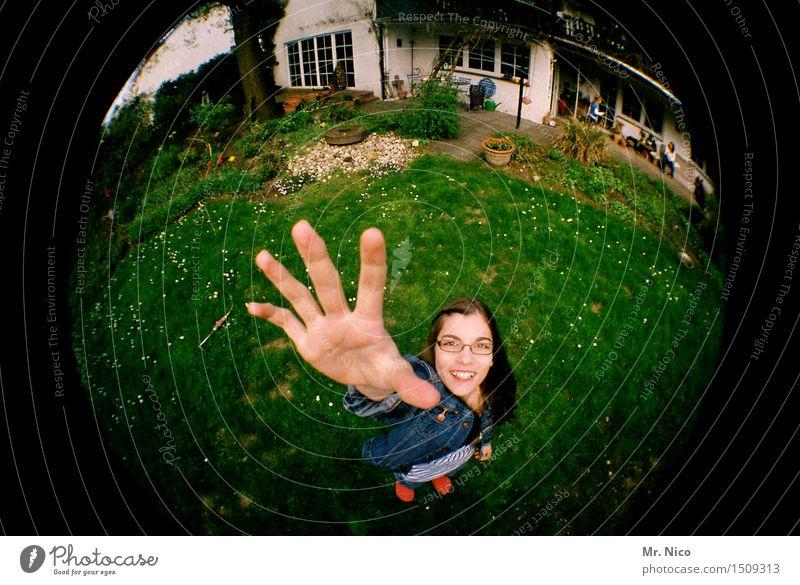 comic | hallo nachbar. Lifestyle feminin Mädchen Hand Finger Garten Wiese Haus Brille langhaarig Lächeln lachen stehen frech Freundlichkeit Glück Lebensfreude