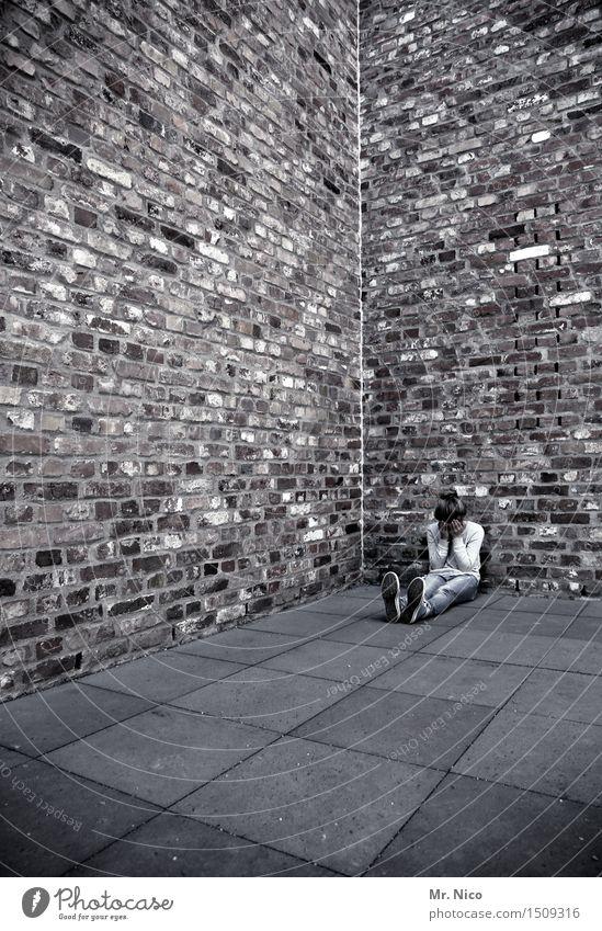 alleine sein Mädchen 1 Mensch Mauer Wand sitzen Traurigkeit Sorge Liebeskummer Schmerz Sehnsucht Enttäuschung Einsamkeit Erschöpfung Architektur Körperhaltung