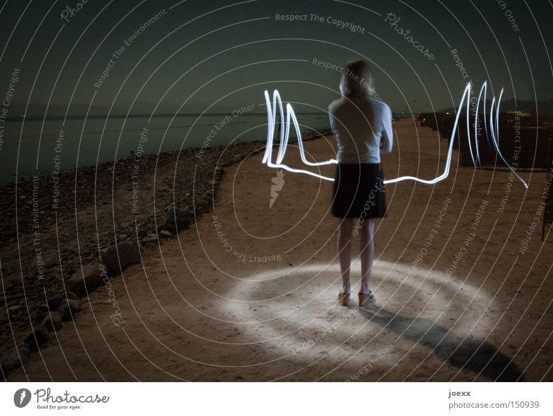 Lichtgestalt Abend Teleportation Frau Horizont Kreis Lichtstreifen Mitte Nacht Nachtaufnahme Rock Rücken Strand Wasser Langzeitbelichtung Meer beam me up