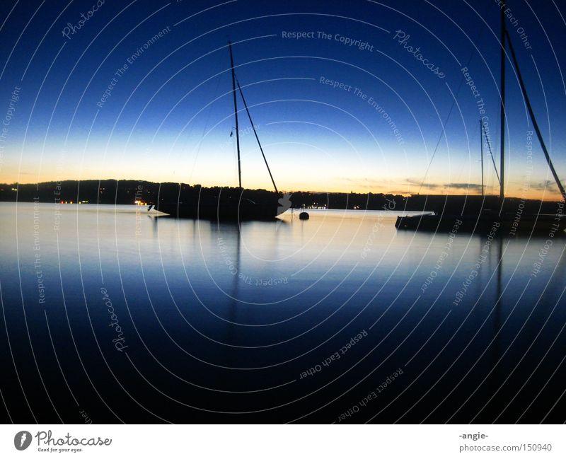 zwischen Tag und Nacht Ferien & Urlaub & Reisen Sonnenuntergang Blauer Himmel Langzeitbelichtung Wasserfahrzeug ruhig Erholung Romantik blau See Sommerabend