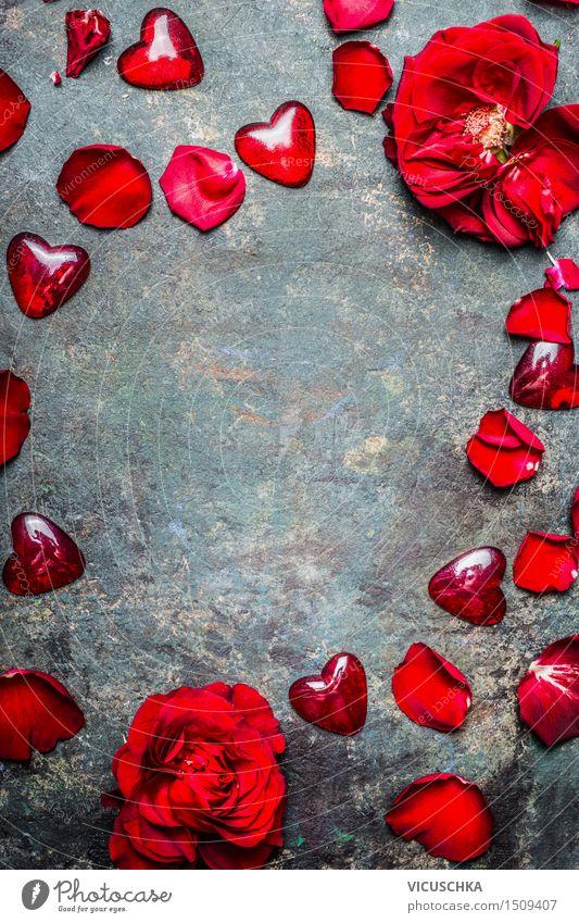 Hintergrund mit rot Rosen Blütenblätter und Herzen Natur Pflanze Blume rot Blatt Liebe Stil Hintergrundbild Feste & Feiern Design Dekoration & Verzierung Glas Herz Romantik Postkarte Symbole & Metaphern