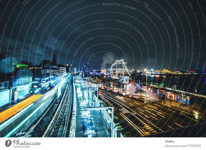 Regen in Hamburg Tourismus Ausflug Sightseeing Städtereise Nachtleben ausgehen Nachthimmel schlechtes Wetter Stadt Hafenstadt Stadtzentrum Verkehr