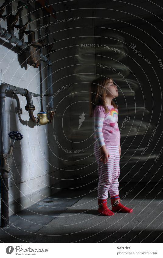 schöne neue welt Mensch Mädchen Kind Hexe Zauberei u. Magie Keller staunen Kreis Ring Bewegung Wasserrohr Licht Schatten mystisch Erkenntnis Konzentration ukult