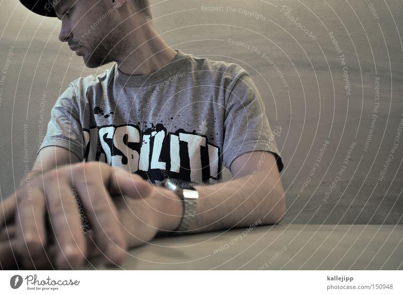 bar hocker Mann Mensch Porträt Rapper Hiphop Lifestyle Hand Armbanduhr Mütze Blick Bart Tisch Restaurant boy Tischplatte Tischkante