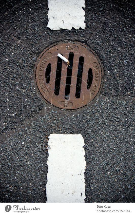 Unterbrochene Raucherpause Asphalt Straße Linie Zigarette Müll wegwerfen Rauchen Gully Abfluss Rost unten dreckig Gesetze und Verordnungen Verkehrswege
