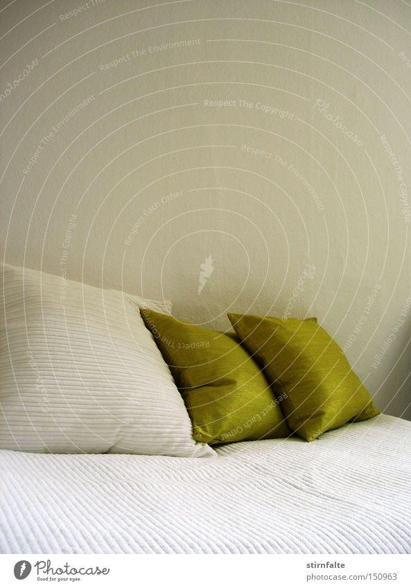 Kissenlandschaft grün weiß Erholung ruhig kalt Wand Ordnung trist Sauberkeit Bett Möbel Hotel Decke kahl kuschlig Schlafzimmer