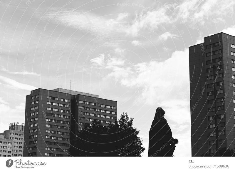irgendwo in berlin Sightseeing Städtereise Himmel Wolken Schönes Wetter Baum Berlin Stadt Hochhaus Platz Gebäude Architektur Fassade Statue Schwarzweißfoto