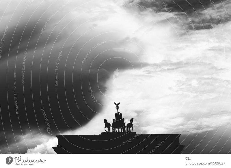 brandenburger tor Himmel Ferien & Urlaub & Reisen Stadt Wolken dunkel Berlin Tourismus Wetter Zukunft Klima bedrohlich Bauwerk Wahrzeichen Denkmal Unwetter