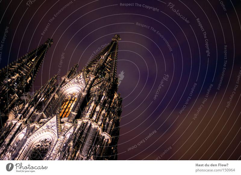 Der Dom Von Unten blau Architektur Religion & Glaube Beleuchtung Kirche Turm violett Köln Wahrzeichen Gotteshäuser Mittelalter Päpste Kölner Dom Domplatz