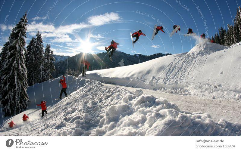 Road Gap Snowboard Winter Trick kalt Sport springen Sonne Schnee Pulverschnee Straße fliegen Mut schön Extremsport Wintersport 360 rotieren Drehung Abheben