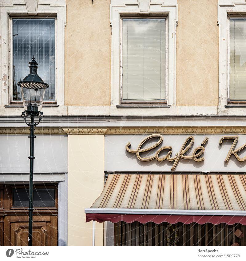 Herr K hat ein Café eröffnet Stadt alt Haus Fenster gelb Architektur Gebäude grau braun Fassade Tür Schilder & Markierungen ästhetisch Schriftzeichen retro