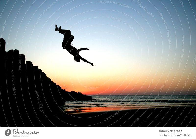 Backflip mit Sonnenuntergang Wasser Himmel Meer Sommer Strand Sport Stimmung Schwimmen & Baden Frankreich sportlich Trick Badehose Extremsport Rückwärtssalto