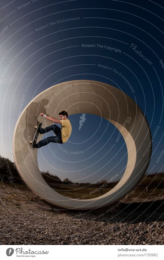 Der gelbe Skater Skateboard Skateboarding Trick verrückt abgefahren Beleuchtung Tunnel blau Himmel Kies Stil Extremsport Fischauge Jugendliche Bowl Sommer