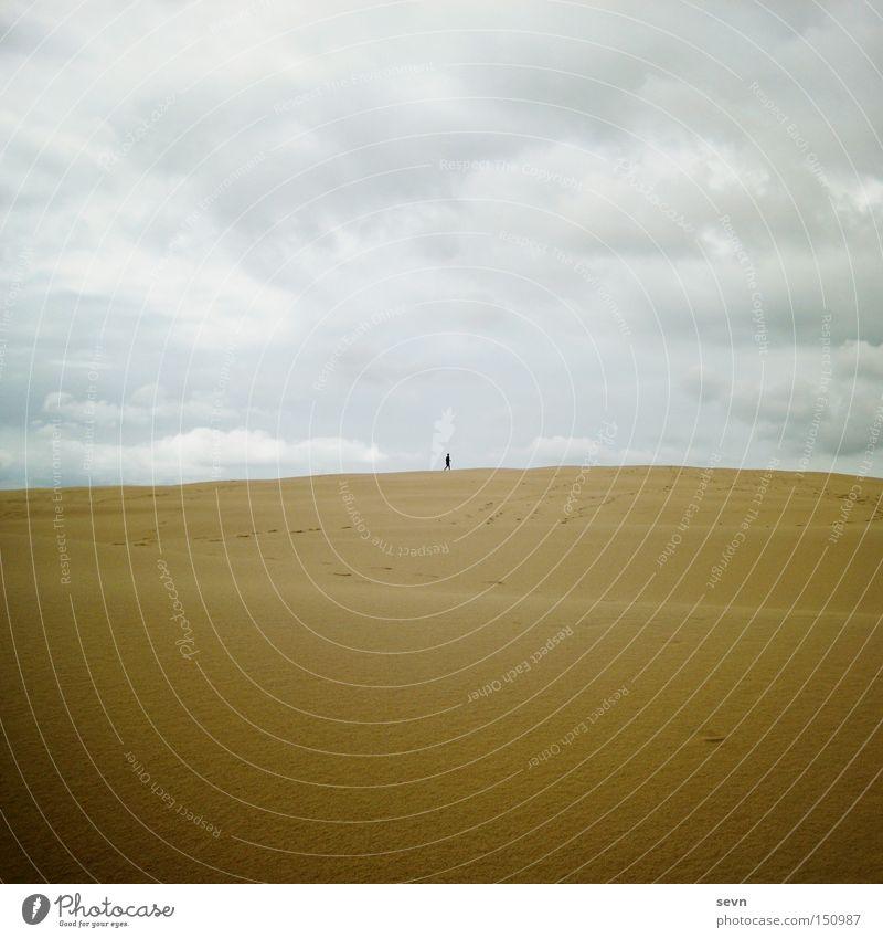 Dünenmädchen Himmel Wolken Ferne gelb Spielen Sand klein Wellen wandern groß Wüste Stranddüne Australien Sandkorn