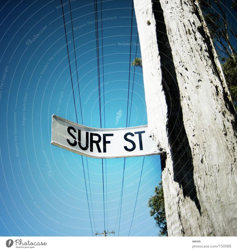 Surf Street Himmel Baum Sommer Straße Schilder & Markierungen kaputt Hinweisschild Surfen diagonal Strommast Wassersport Straßennamenschild