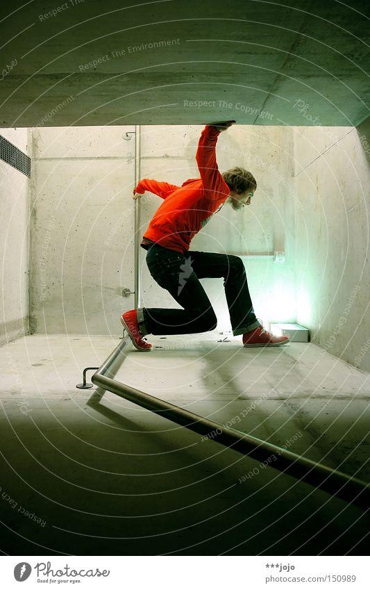 red man walking. Mann Klettern gedreht Ecke Untergrund Beton Licht rot Körperhaltung Aktion Filmindustrie Held Superman Jugendliche gefährlich 90° superheld