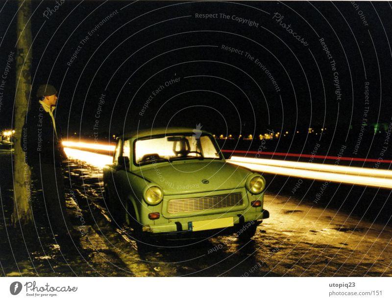 Vorwärts immer... Jugendliche grün Einsamkeit Junger Mann Winter kalt Traurigkeit Straße PKW trist warten Stillleben trashig Nostalgie stagnierend Nachthimmel